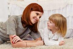 Madre con la pequeña hija Foto de archivo