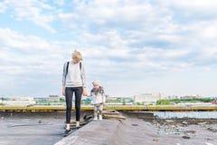 Madre con la pequeña hija que camina en un tejado de la ciudad Fotos de archivo libres de regalías