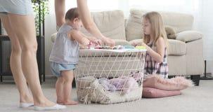 Madre con la pequeña hija que hace actividad del arte en casa almacen de metraje de vídeo