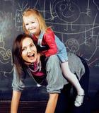 Madre con la piccola figlia in aula che gioca insieme, concetto 'nucleo familiare' felice, la gente di stile di vita Immagine Stock Libera da Diritti