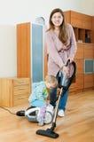 Madre con la sala de estar de la limpieza del bebé Fotos de archivo
