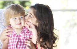 Madre con la sua bella figlia immagini stock