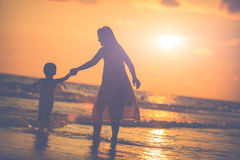 Madre con la sua figlia sulla spiaggia Fotografia Stock Libera da Diritti