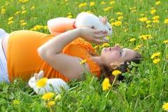 Madre con los conejitos Foto de archivo