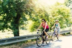 Madre con los hijos en viaje de la bicicleta Imagen de archivo