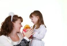 Madre con los juguetes de la hija y de la Navidad Fotografía de archivo
