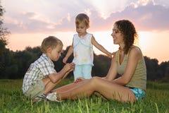 Madre con los niños Fotografía de archivo
