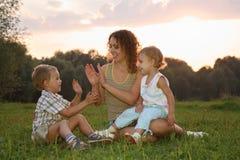 Madre con los niños Foto de archivo