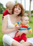 Madre con los niños al aire libre Foto de archivo libre de regalías