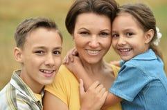 Madre con los niños al aire libre Imagen de archivo