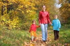 Madre con los niños en caminata en madera Fotos de archivo