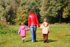 Madre con los niños en caminata en madera Fotografía de archivo