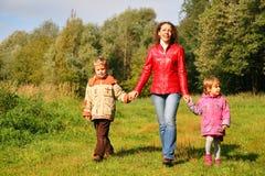 Madre con los niños en caminata en madera Foto de archivo libre de regalías