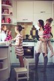 Madre con los niños en la cocina Imagen de archivo