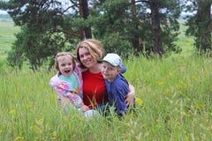 Madre con los niños en la naturaleza Foto de archivo