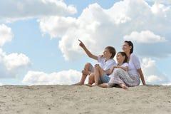 Madre con los niños en la playa Imagen de archivo libre de regalías