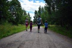 Madre con los niños que caminan en el bosque imagenes de archivo