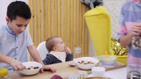Madre con los niños que desayunan almacen de metraje de vídeo