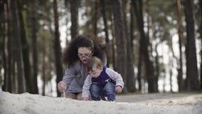 Madre con los niños que juegan con la arena almacen de metraje de vídeo