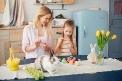 Madre con poca hija en una cocina foto de archivo
