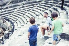 Madre con pochi figli sulla vacanza che visitano colosseum antico, turismo di estate, concetto della gente di stile di vita immagini stock libere da diritti