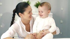 Madre con su bebé almacen de video