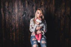 madre con su bebé en una silla de la barra contra la perspectiva de a foto de archivo
