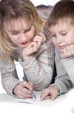 Madre con su gráfico del hijo Imagenes de archivo