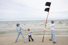 Madre con su hija que juega en la playa Fotos de archivo libres de regalías
