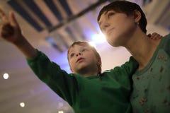 Madre con su hijo en museo Fotos de archivo