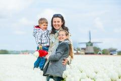 Madre con su niño en campo de los tulipanes foto de archivo libre de regalías