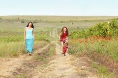 Madre con su niño en la bicicleta Imagenes de archivo