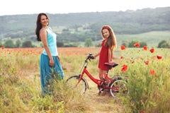Madre con su niño en la bicicleta Fotos de archivo