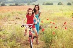 Madre con su niño en la bicicleta Fotografía de archivo libre de regalías