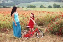 Madre con su niño en la bicicleta Imágenes de archivo libres de regalías