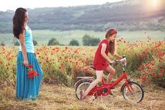 Madre con su niño en la bicicleta Imagen de archivo libre de regalías