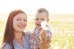 Madre con su niño en luz del sol imagen de archivo