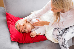 Madre con su niño enfermo en casa Imagen de archivo