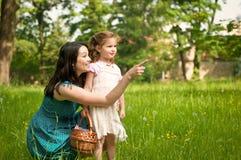 Madre con su niño que tiene gran tiempo al aire libre Fotos de archivo libres de regalías