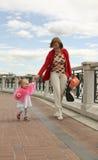 Madre con su pequeña hija imagen de archivo libre de regalías