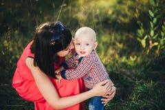 Madre con suo figlio del bambino nel parco di autunno Fotografie Stock Libere da Diritti