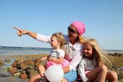 Madre con sus dos hijas Imagenes de archivo