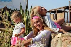 Madre con sus dos hijas Foto de archivo libre de regalías