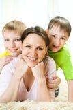 Madre con sus dos niños Imágenes de archivo libres de regalías