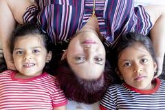 Madre con sus hijas hermosas fotos de archivo libres de regalías