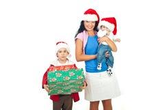 Madre con sus hijos en la Navidad Imagenes de archivo