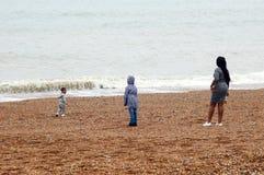 Madre con sus niños en la playa Fotos de archivo