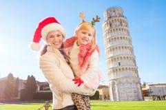 Madre con tiempo de la Navidad del gasto de la hija en Pisa, Italia Foto de archivo libre de regalías