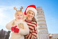 Madre con tiempo de la Navidad del gasto de la hija en Pisa, Italia Fotos de archivo libres de regalías