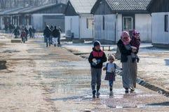 Madre con tre bambini nel campo per ayilante Immagine Stock Libera da Diritti